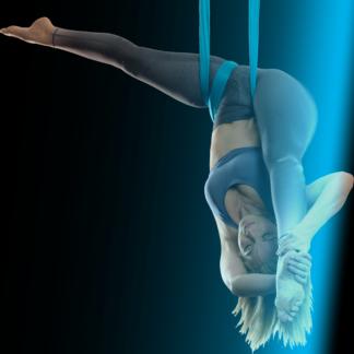 Sisse hænger på hovedet i aerial yoga-slynge