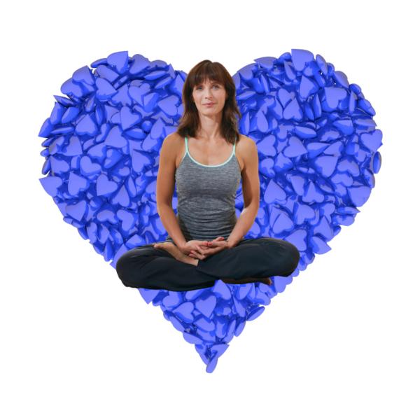 Siddende kvinde med blåt hjerte som baggrund